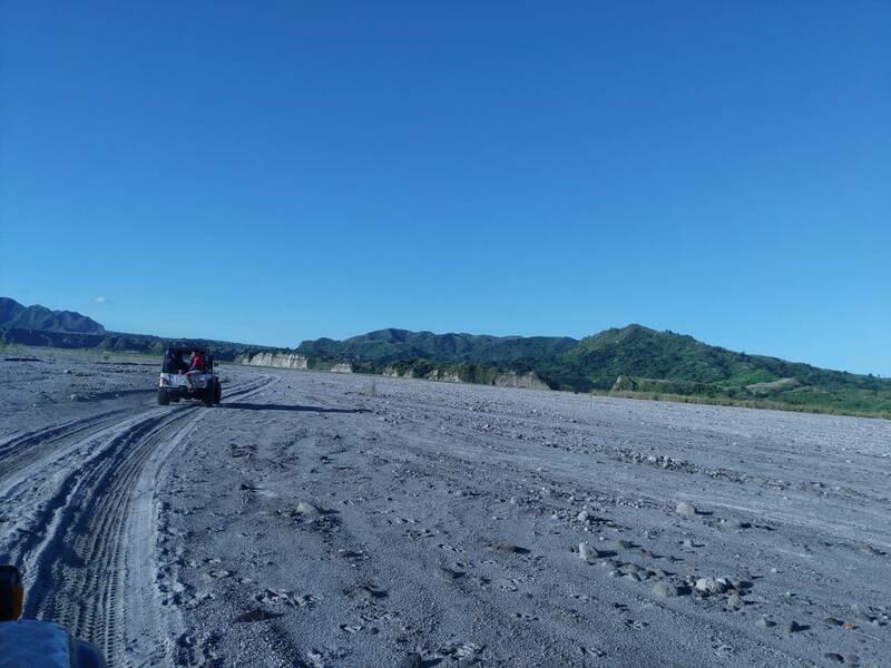搭乘越野車爬火山的概念
