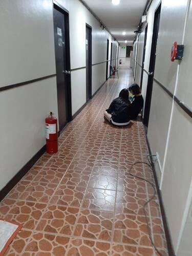 走廊網路訊號比較好 有時走廊會坐很多出來連網路的人